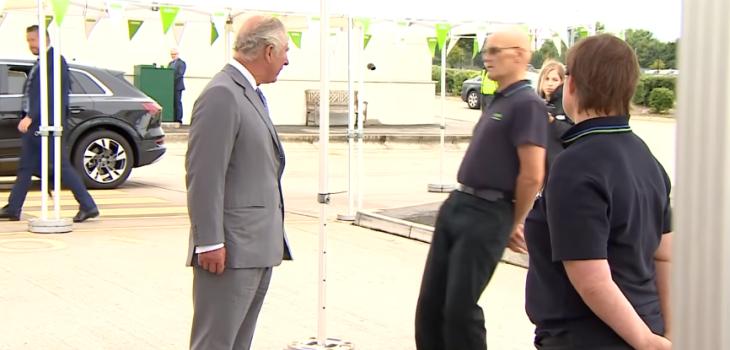 Hombre se desmayó frente a príncipe Carlos cuando lo saludaba: así reaccionó el hijo de Isabel II