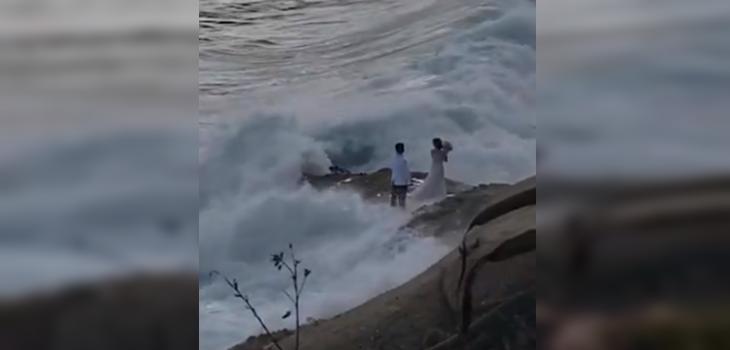 Pareja es arrastrada por una ola en EEUU