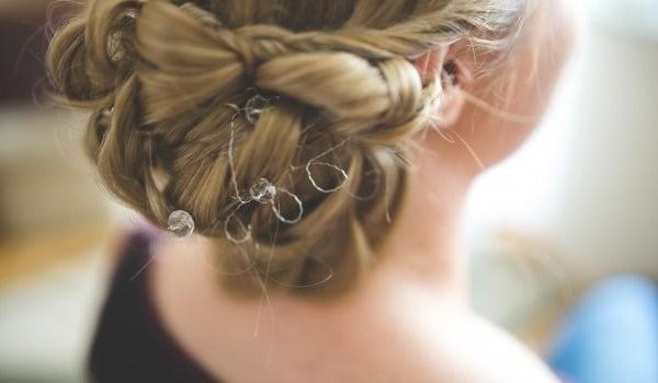 Cinco accesorios para el cabello que nunca pasan de moda y realzan cualquier peinado