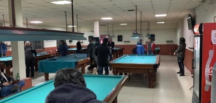 No faltan los porfiados: detienen a 23 personas sorprendidas jugando pool en centro de Concepción