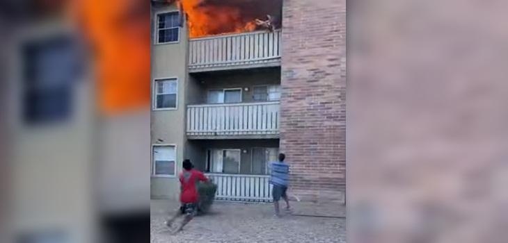 mujer arroja hijo incendio