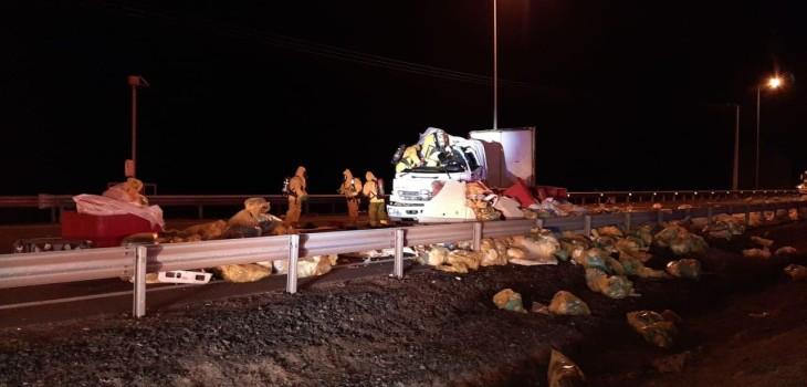 Camión con desechos de exámenes COVID volcó tras colisión, dispersando contenido sobre Ruta 5 Norte