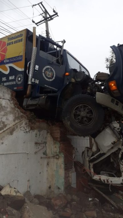 Camión impactó muralla de vivienda en Viña del Mar