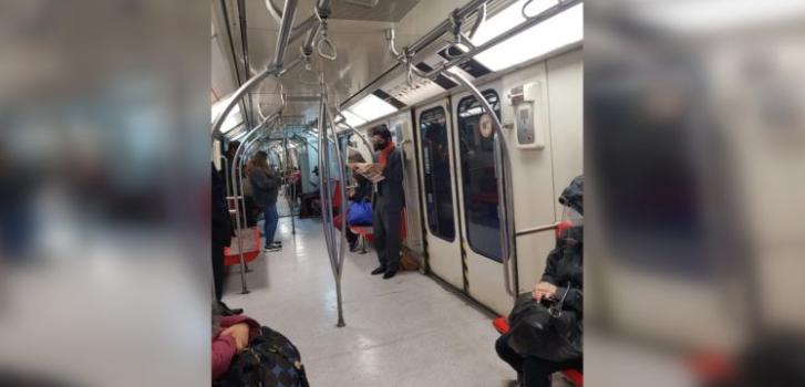 fotografían a ministro Briones en Metro