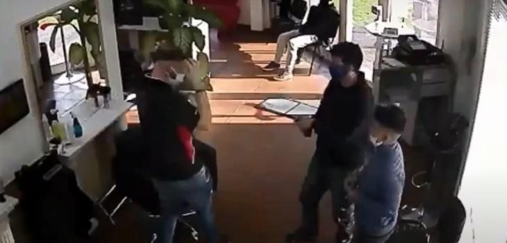 Hombre llevó al hijo a cortarse el pelo y aprovechó de asaltar con un arma de juguete al peluquero