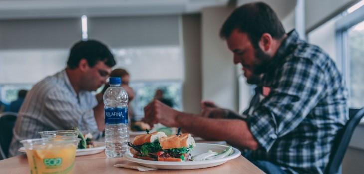 Retorno a la oficina: 4 consejos para cuidar la salud en los espacios de comida en medio de pandemia
