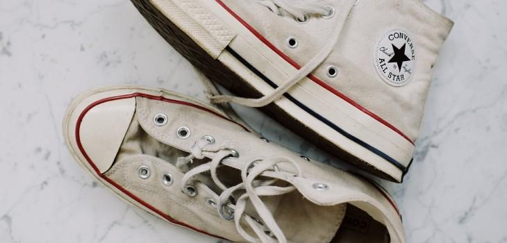 ¿Quieres que los cordones de tus zapatillas vuelvan a ser blancos? Tienes que probar este truco