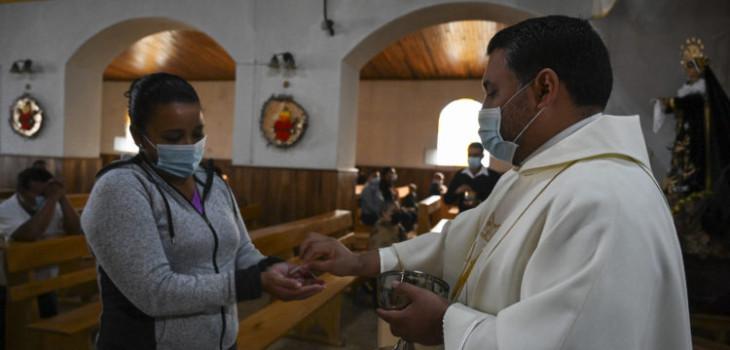 Gobierno anuncia protocolo para realizar cultos religiosos: comunas en cuarentena quedan excluidas