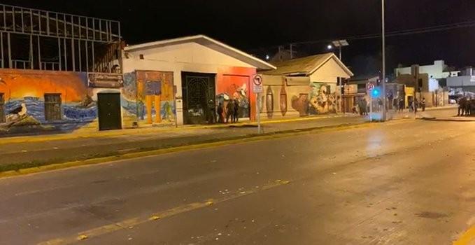 este domingo un grupo de personas llegaron en tres camionetas hasta el Mercado de Coquimbo y atacaron sus dependencias, causando destrozos y sacando mercadería del lugar.