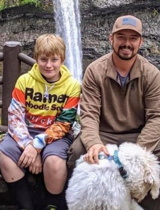 Niño es encontrado muerto junto a su perro