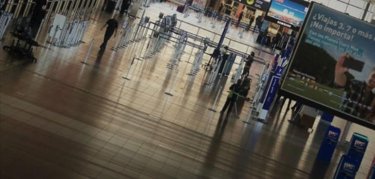 Chileno se hizo el chistoso en aeropuerto: perdió vuelos, vacaciones y demanda contra Latam