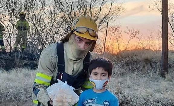 niño usó sus ahorros para agradecerle bomberos en Córdoba