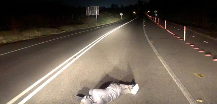 hombre durmiendo en plena carretera