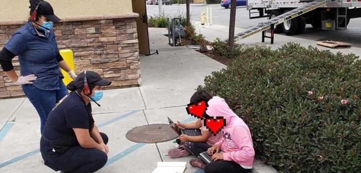 niñas usan internet de un Taco Bell en EEUU para