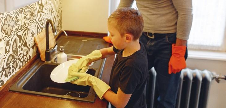Por qué es importante incluir a los niños en las tareas del hogar: expertos revelan los beneficios