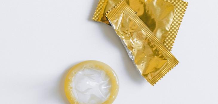 ¿Guardas preservativos en estos lugares? Expertas explican por qué es un grave error