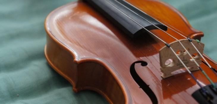 Joven que vendía su violín para pagar estudios recibió inesperada ayuda: caso se volvió viral