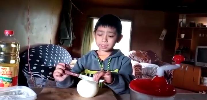niño que explica cómo preparar un pebre se vuelve viral