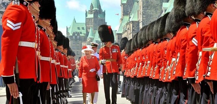 Reina Isabel II y guardias