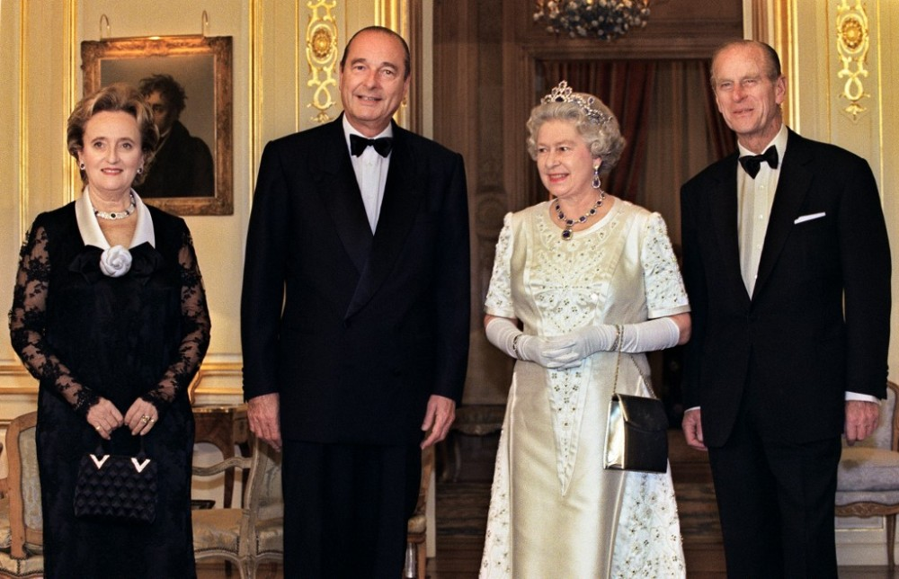 """El escándalo amoroso que """"esconde"""" la tiara que usó la reina Isabel para su nuevo retrato oficial"""