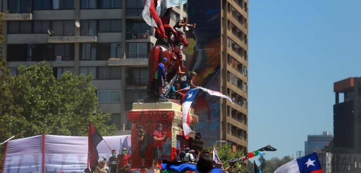 Las imágenes que dejaron las primeras horas de la conmemoración del 18-O en la Plaza Baquedano