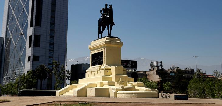 Limpian la estatua del general Baquedano pintada durante las manifestaciones