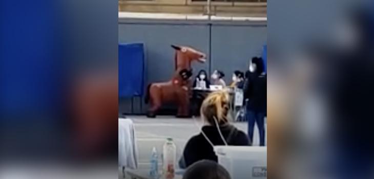 Hombre llegó a sufragar disfrazado de caballo