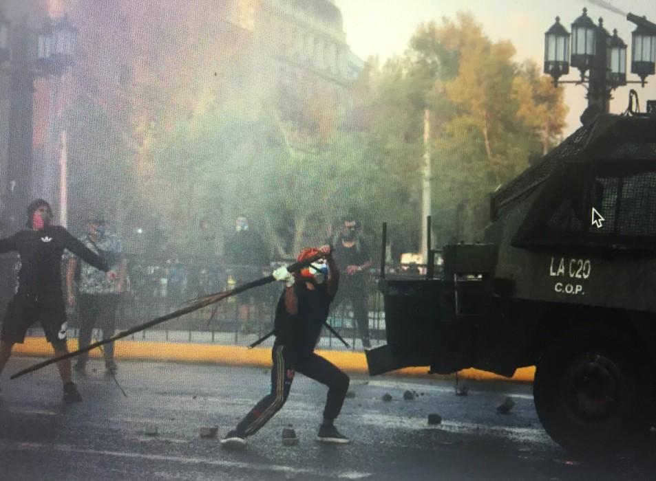 Carabineros exhibe registros de menor participando en incidentes previo a caer desde puente Pío Nono