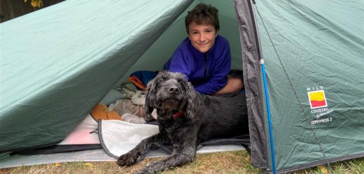 Max Woosey: el niño británico que lleva 200 noches durmiendo en carpa en honor a vecino fallecido