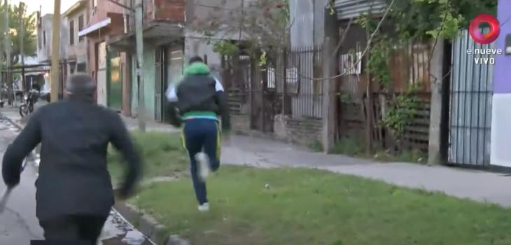 Periodista argentino persigue a ladrón tras sufrir robo de su celular en vivo