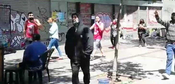 Manifestantes expulsan a hombre que habría atacado con un martillo el paradero de Metro Santa Lucía