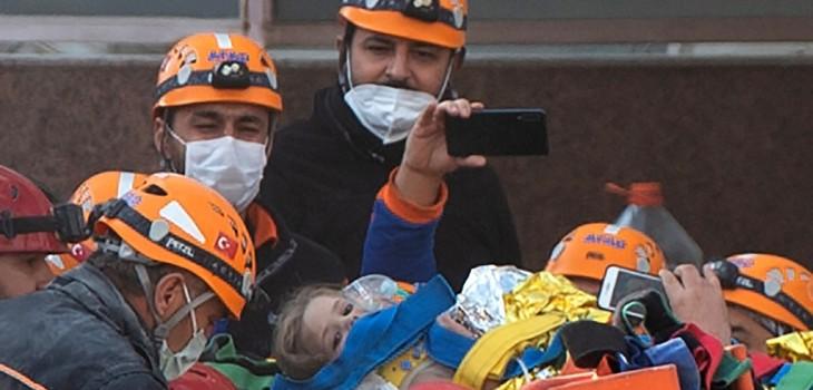 Rescatan con vida a niña de 3 años en Turquía