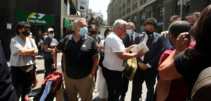 Transeúntes increpan a ministro Briones
