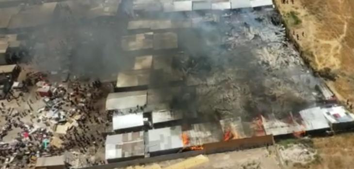 Incendio en campamento de Cerro Navia destruye unas 60 viviendas: un bombero fue apuñalado