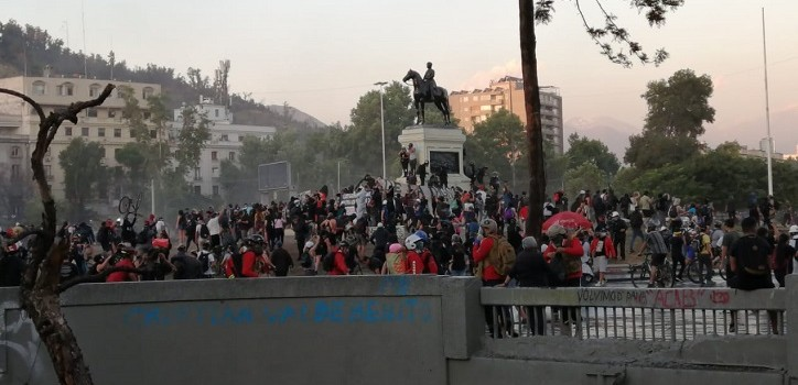 Manifestantes en plaza Baquedano