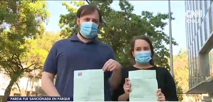 pareja multada por no usar mascarilla