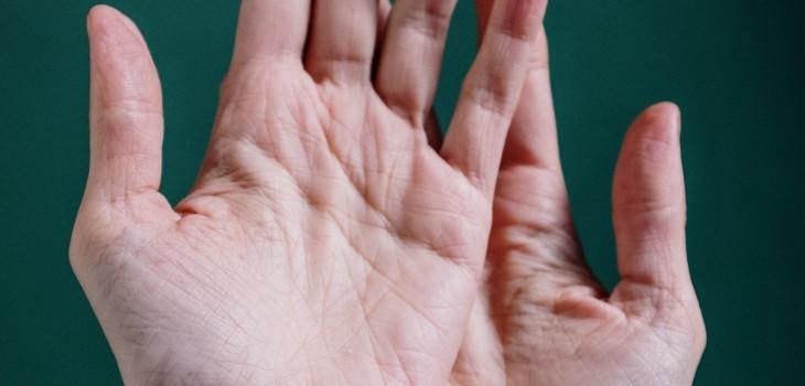 Las manos también reflejan tu edad: especialistas entregan consejos para retrasar su envejecimiento