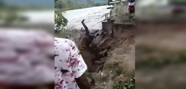hombre que intentaba sacar un coco terminó siendo arrastrado por un río