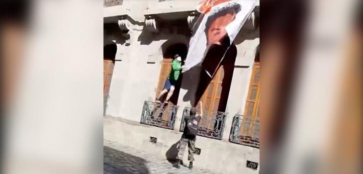 Video registra momento en que roban lienzo de Catrillanca: es vandalizado por grupo de ultra derecha
