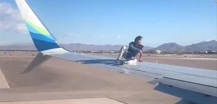 Viralizan el doloroso momento que vivió hombre que subió al ala de un avión antes de que despegara