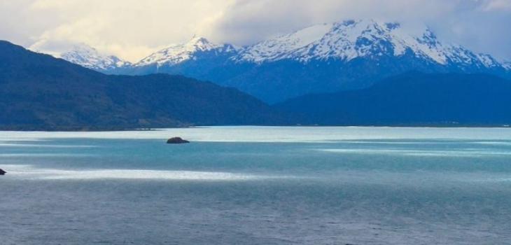 Buscan a joven kayakista que se volcó en lago General Carrera
