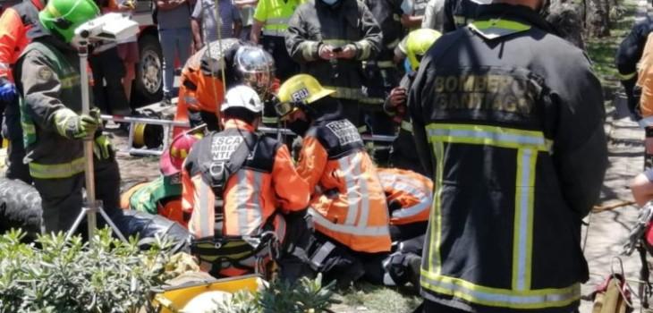 Rescatan sin vida a hombre que cayó a alcantarillado de 10 metros en Santiago