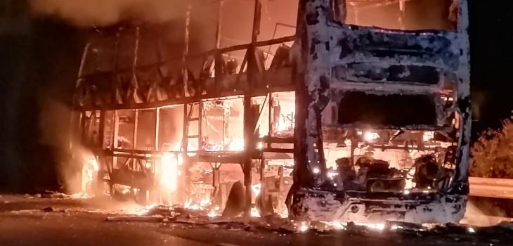 Incendio consumió por completo a bus en carretera de Ovalle: pasajeros salieron ilesos