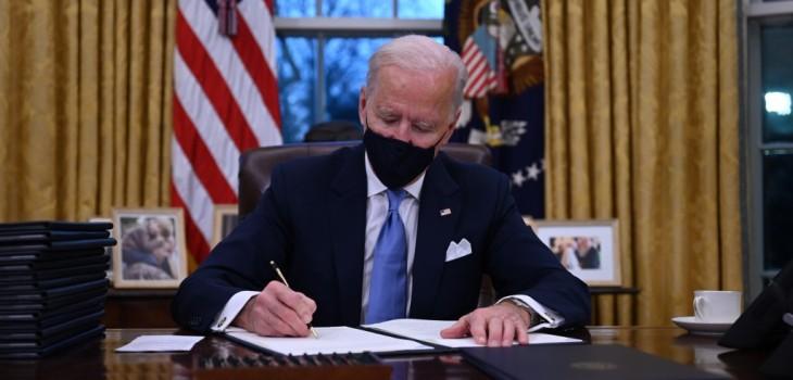 Biden impone sus primeros decretos