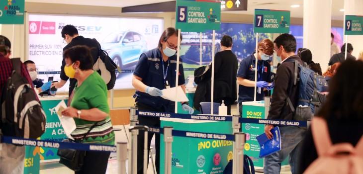 Chilenos y extranjeros residentes que lleguen al país sin test PCR pagarán multa de casi $3 millones