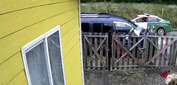 Carabinero entrega notificación judicial tirando documento al patio de domicilio