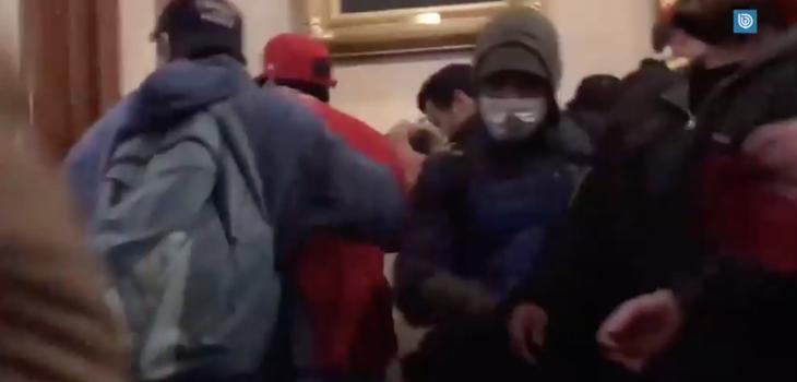 Video mostraría el instante en que mujer recibe disparo en disturbios dentro del Capitolio