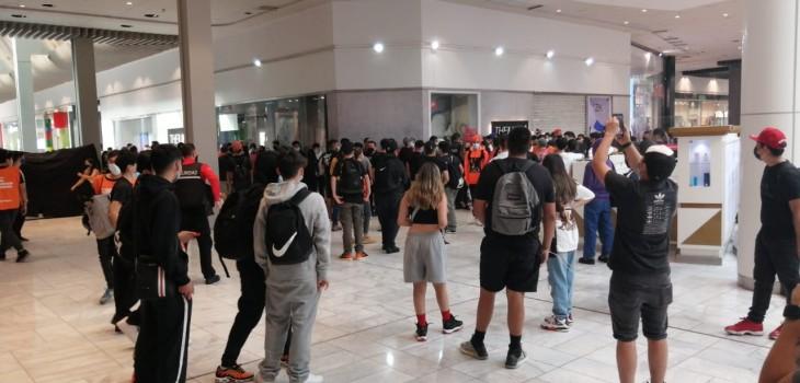 Jóvenes se aglomeran en mall capitalino en plena pandemia por lanzamiento de zapatillas