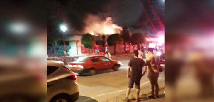 Incendio en escuela de Chiguayante causado por pirotecnia dejó 2 bomberos lesionados y 90% de daños
