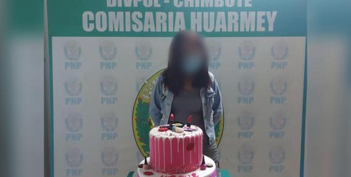 Joven fue detenida por incumplir normas sanitarias en su cumpleaños: policía la hizo posar con torta